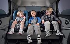 gyermek autóban